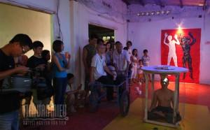 """Trình diễn của Nguyễn Văn Tiến với sự tương tác của nhóm """"Khoan cắt bê tông"""" và khán giả."""